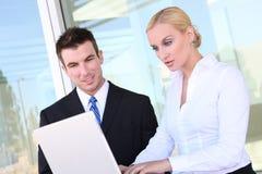 Geschäfts-Team (Fokus auf Mann) Stockfoto
