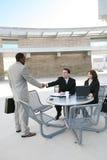 Geschäfts-Team Hanshake im Büro Lizenzfreie Stockbilder
