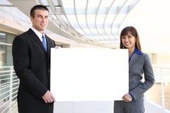 Geschäfts-Team-Holding-Zeichen Lizenzfreie Stockfotos
