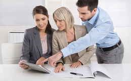 Geschäfts-Team: Mann- und Frauengruppe in einer Sitzung, die über Fa spricht Lizenzfreies Stockfoto