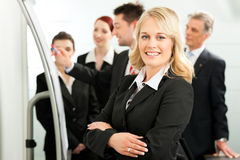 Geschäfts-Team mit Führer im Büro Stockbilder
