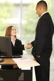 Geschäfts-Team-Reichweite-Vereinbarung Stockfotografie