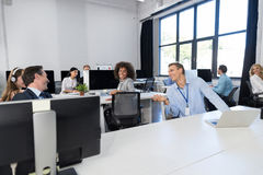 Geschäfts-Team Working Concept Modern Open-Raum-Büro, Wirtschaftler-Gruppen-Mitarbeiter, die an den Computern an sprechen sitzen lizenzfreies stockbild