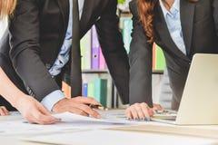 Geschäfts-Teamkonzept, Geschäftsleute lösen gedanklich oder, das Dokument besprechend oder finanzieren Berichtsdiagramme und -dia Lizenzfreies Stockbild