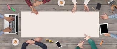 Geschäfts-Teamwork-Konzept - Draufsicht von sechs Geschäftsleuten Weißes leeres Blatt Papier mitten in dem hölzernen Lizenzfreie Stockfotos