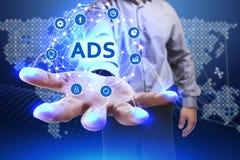 Geschäfts-, Technologie-, Internet- und Netzkonzept Junger Geschäftsmann Lizenzfreies Stockfoto