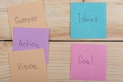 Geschäfts- und Erfolgskonzept - bunte klebrige Anmerkungen mit Worterfolg, Aktion, Ziel, Vision, Idee lizenzfreie stockbilder