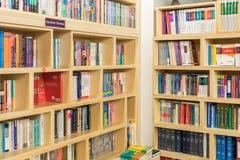 Geschäfts-und Finanzbücher für Verkauf auf Bibliotheks-Regal Stockfotografie