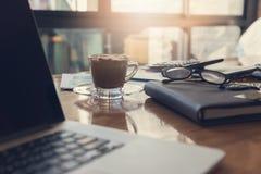 Geschäfts- und Finanzkonzept der Bürofunktion, Schreibtisch am Arbeitstag Lizenzfreie Stockfotos