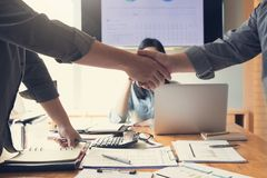 Geschäfts- und Finanzkonzept der Bürofunktion, Teamwork von den Geschäftsmännern, die Hand mit Analyse Diagramm rütteln Stockbild
