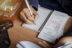 Geschäfts- und Finanzmannkonzepthintergrund Abschluss herauf Hand von Männern berechnen die Finanzen oder Einsparung und Buchhalt Stockbilder