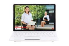 Geschäfts- und Videoblogkonzept - Laptop mit Frauen Bloggers an Lizenzfreie Stockfotos