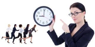 Geschäfts- und Zeitkonzept - junge Frau, die Bürouhr hält und Stockbild