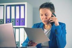 GESCHÄFTS-Vereinbarungsdetails der Geschäftsfrau Verhandlungsüber Mobile Lizenzfreies Stockbild