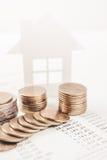 Geschäftsanzeigen-Familienhauskonzept und wachsender Stapel prägen Stockfotos