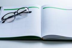 Geschäftsanzeigenkonzept mit Terminkalender, Gläser Stockfoto