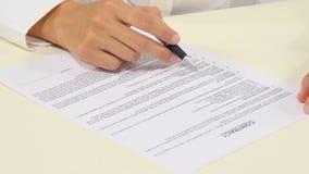 Geschäftsarbeitskraft, die den Vertrag unterzeichnet, um a zu schließen stock video