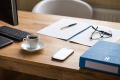 Geschäftsarbeitsplatz mit Dokumenten und Espresso Lizenzfreie Stockfotografie