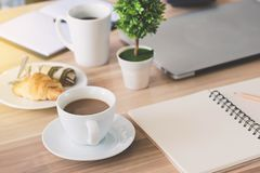 Geschäftsarbeitsplatz und Geschäftsgegenstände wie Laptop, Anmerkungsbuh Lizenzfreie Stockfotografie