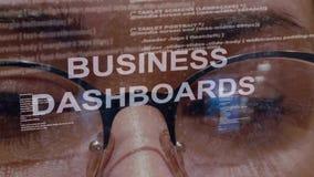 Gesch?ftsarmaturenbretter simsen auf Hintergrund des weiblichen Entwicklers stock footage