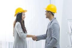 Geschäftsauftragnehmer machen ein Abkommen Stockbild