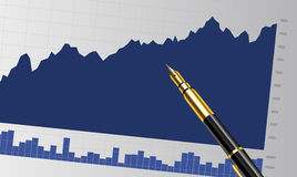 Geschäftsbericht über den Schreibtisch mit einem Stift Lizenzfreie Stockfotos