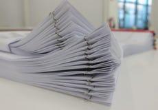 Geschäftsbericht über Schreibtisch mit verwischt vom Büroraum-Innenraumhintergrund lizenzfreies stockfoto