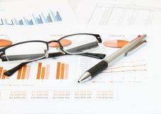 Geschäftsbericht im Büro Stockbild