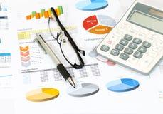 Geschäftsbericht im Büro Stockfoto