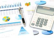 Geschäftsbericht im Büro Stockfotos