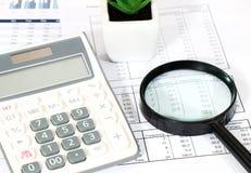 Geschäftsbericht im Büro Lizenzfreie Stockbilder