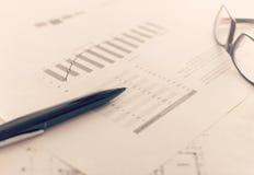 Geschäftsbericht und Diagramme stockbilder