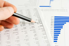 Geschäftsberichtanalysieren. Stockfotografie