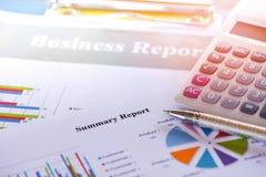 Geschäftsberichtdiagramm, das Diagrammtaschenrechnerkonzept vorbereitet lizenzfreie stockfotos