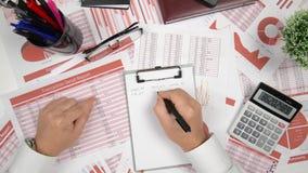 Geschäftsberichte, Datentabellen und Diagramme - direkt über Ansicht des Bürotischarbeitsplatzes stock video footage