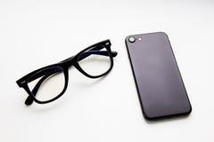 Geschäftsbild: Smartphone und Gläser lizenzfreies stockbild