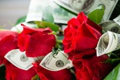 Geschäftsblumenstrauß für Mann von den Rosen und von den Dollar Lizenzfreie Stockfotografie