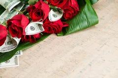 Geschäftsblumenstrauß für Mann von den Rosen und von den Dollar Lizenzfreie Stockfotos