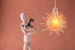 Geschäftsbrainstorming mit Schlüssel entriegeln und Ideenbeleuchtet Lizenzfreie Stockbilder