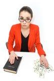 Geschäftsbuchhalter, der mit Bibel und Geld arbeitet Lizenzfreies Stockfoto