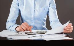 Geschäftsbuchhalter, der mit Dokumenten arbeitet Lizenzfreies Stockbild