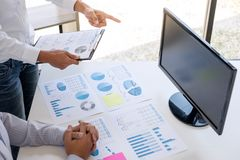 Geschäftsbuchhalter oder -banker, Teilhaber klug berechnen und Analyse mit Finanzindizes auf Lager und Finanzkosten und stockfoto