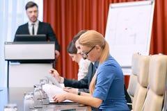 Geschäftsdame bei der Sitzung Lizenzfreie Stockfotografie