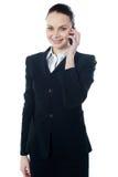 Geschäftsdame, die am Telefon spricht lizenzfreie stockbilder