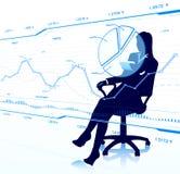 Geschäftsdame, die Touch Screen betrachtet Lizenzfreie Stockfotografie