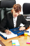 Geschäftsdame an einem Schreibtisch lizenzfreie stockfotos