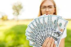 Geschäftsdame mit den Gläsern, die Geld in ihren Händen, Abschluss- u halten lizenzfreies stockfoto
