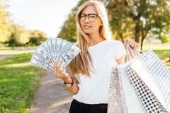 Geschäftsdame mit Gläsern gehend um die Stadt, die Dollar I hält stockbild