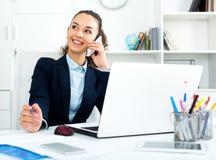 Geschäftsdame mit intelligentem Telefon und Laptop Lizenzfreie Stockfotografie