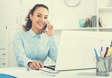 Geschäftsdame mit intelligentem Telefon und Laptop Lizenzfreies Stockfoto